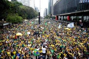 SAO PAULOBRASIL-Cientos de personas participan durante una manifestacion en contra el Partido de los TrabajadoresPTy su candidato presidencial Fernando Haddady a favor de su adversario en las elecciones presidencialesel ultraderechista Jair Bolsonaroen la avenida Paulista en la ciudad de Sao PauloBrasilEFE Fernando Bizerra Jr