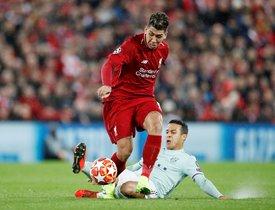 El atacante del Liverpool Firmino conduce un balón ante la entrada de Thiago.