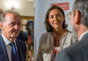 La ministra de Industria, Comercio y Turismo en funciones, Reyes Maroto (d), junto al presidente de Farmaindustria, Martín Sellés Fort (i), en la inauguración del XIX Encuentro de la Industria Farmacéutica en la Universidad Internacional Menéndez Pelayo (UIMP).