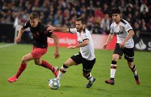 El atlético Llorente (i) disputa un balón con el valencianista Gayà.