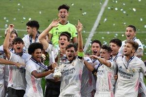 Los jugadores del Real Madrid juvenil celebran el título.
