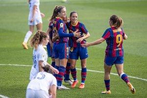 Las jugadoras del Barça celebran el primer gol ante el Madrid.
