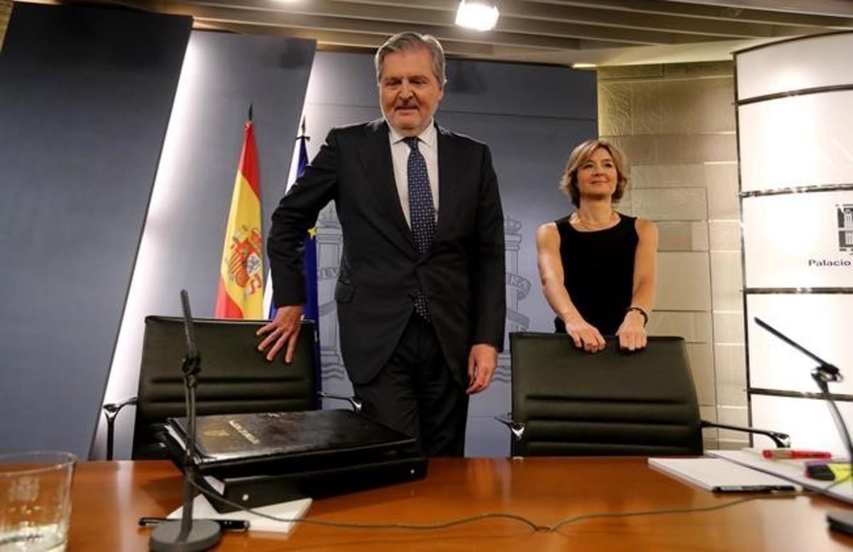 El ministro portavoz,Íñigo Mendez de Vigo, y la ministra de Agricultura, Isabel Tejerina, en la rueda de prensa posterior al Consejo de Ministros.