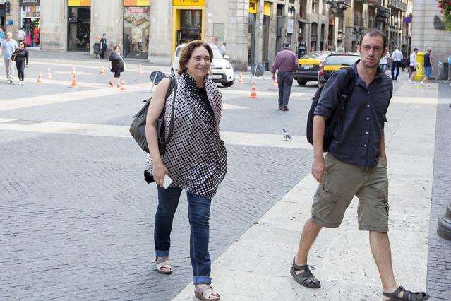 Ada Colau, este viernes en la plaza Sant Jaume, a punto de entrar al Ayuntamiento de Barcelona.