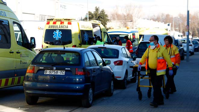 40 afectados por una nube de gases irritantes en un matadero en Santa Eugènia de Berga (Osona). En la foto, servicios sanitarios atienden a los afectados.