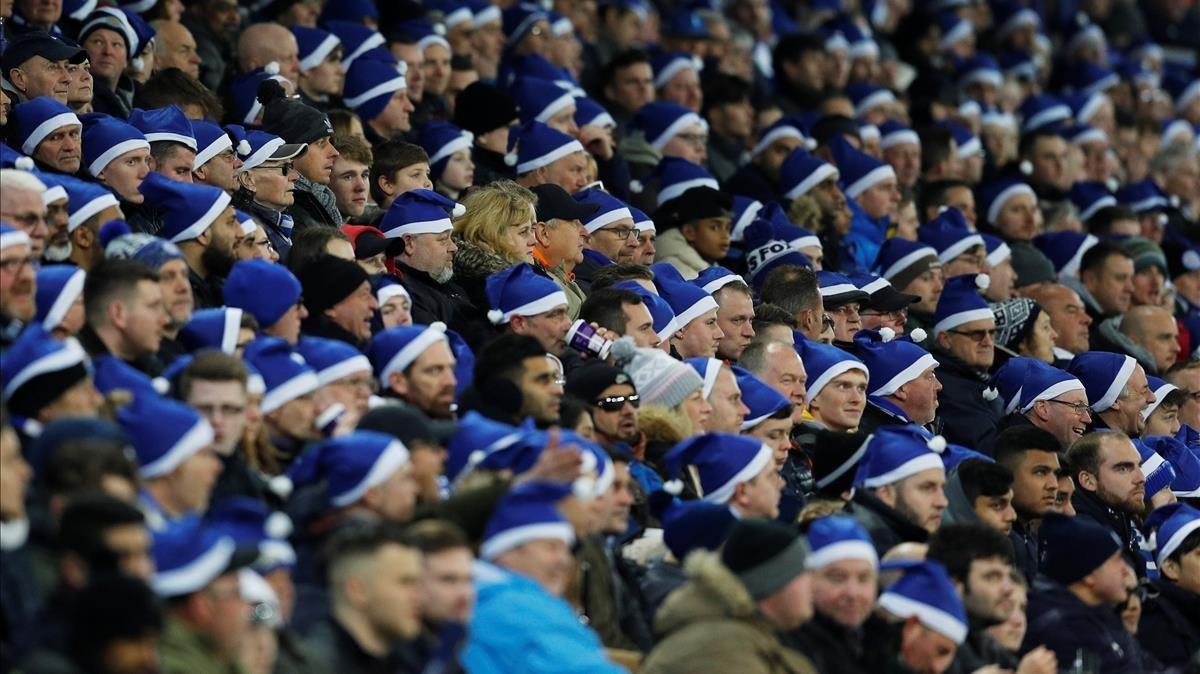 Aficionados del Leicester portan gorros azules de Papá Noel.