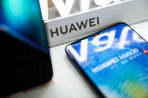 El logotipo de Huawei en una tiende de Pekín.