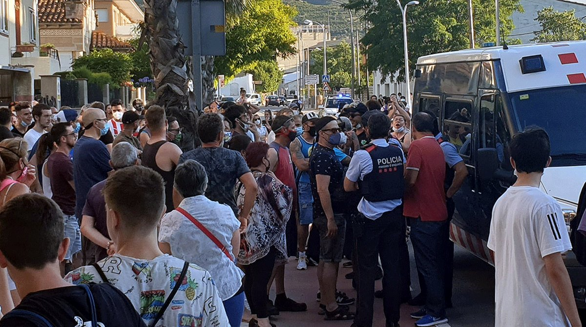 Agentes de los Mossos d'Esquadra tratan de apaciguar una concentración vecinal convocada para protestar contra la inseguridad en Llançà, el 22 de junio.