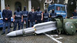 Agentes de la policía italiana muestran el misil incautado en la operación contra un grupo ultraderechista.