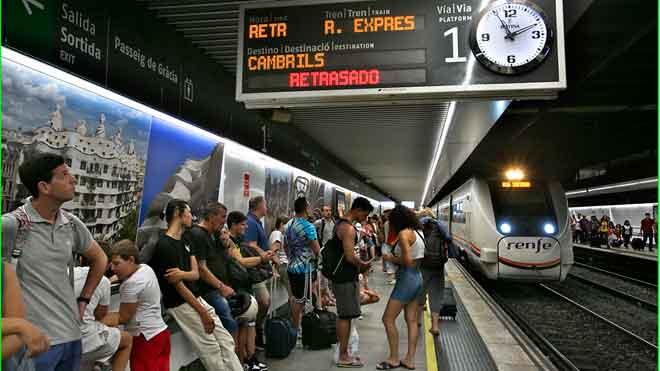 aglomeraciones de pasajeros por los retrasos de mas de una hora en rodalies