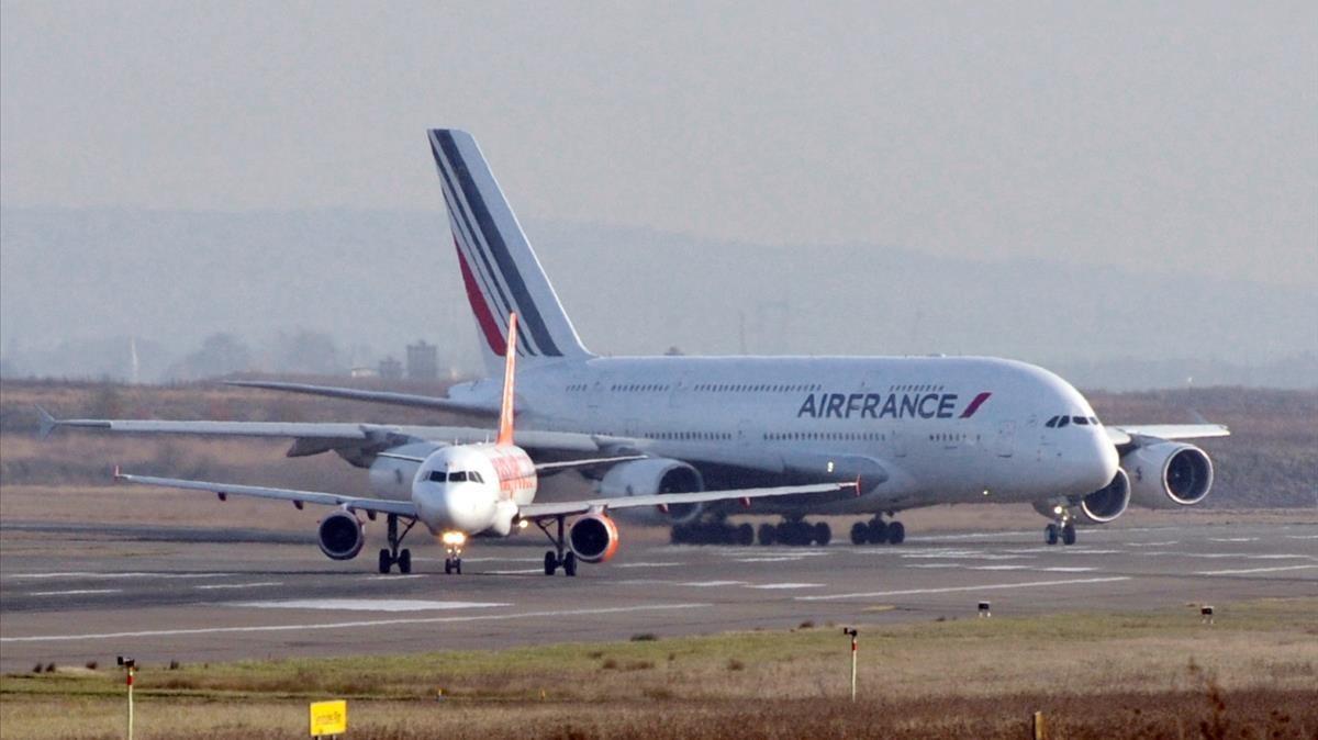 Un A380deAir France en el aeropuerto CharlesdeGaulle de París tras afectuar su primer vuelo trasatlántico en el 2009.