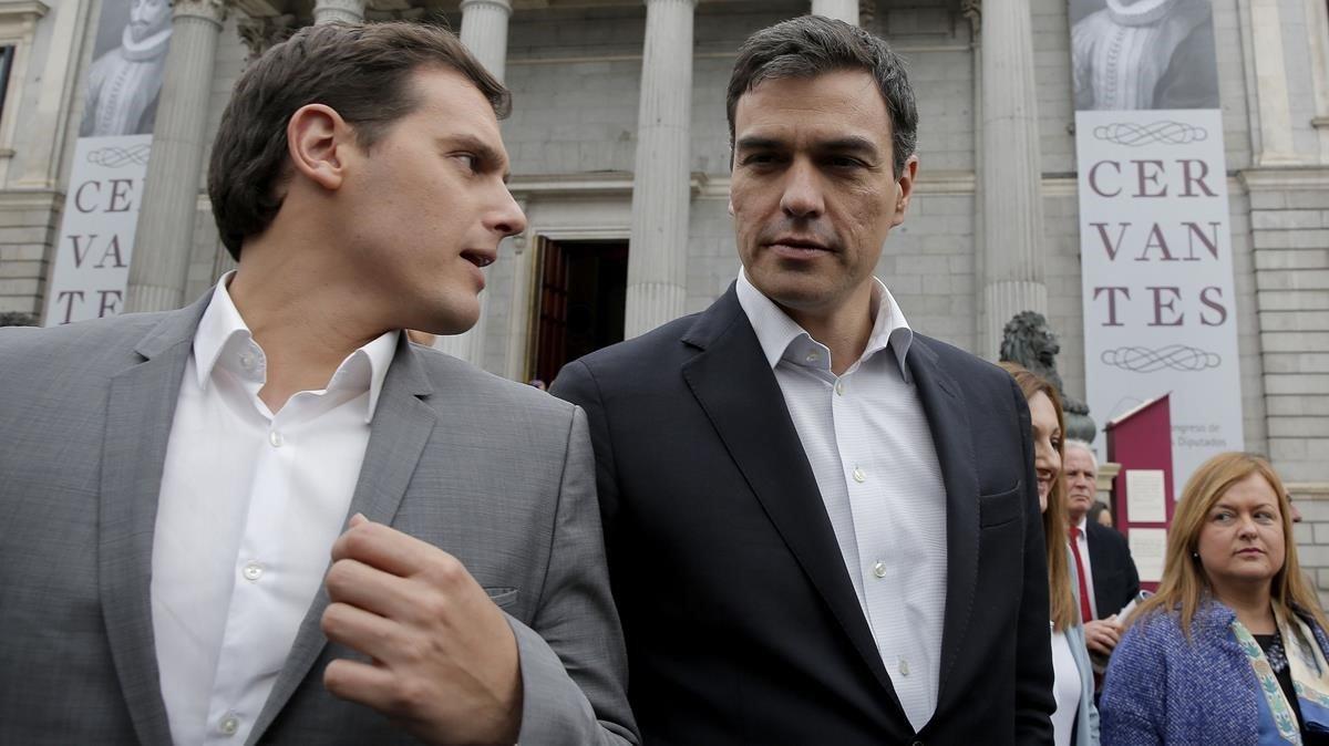 Albert Rivera y Pedro Sánchez, en una imagen de archivo, ante el Congreso de los Diputados.