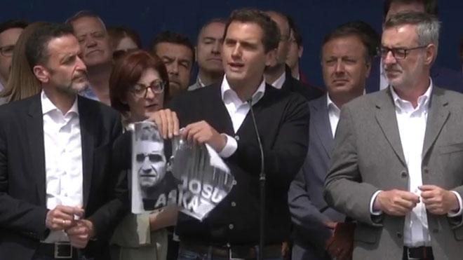 Albert Rivera rompe una foto de Josu Ternera en una visita al pueblo del dirigente de ETA.