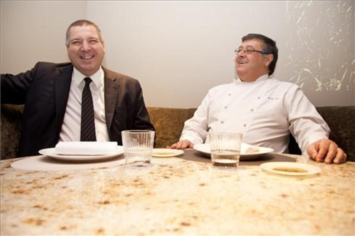 Alfred Romagosa y Fermí Puig, en una de las mesa de mármol del restaurante. Foto: Lali Puig