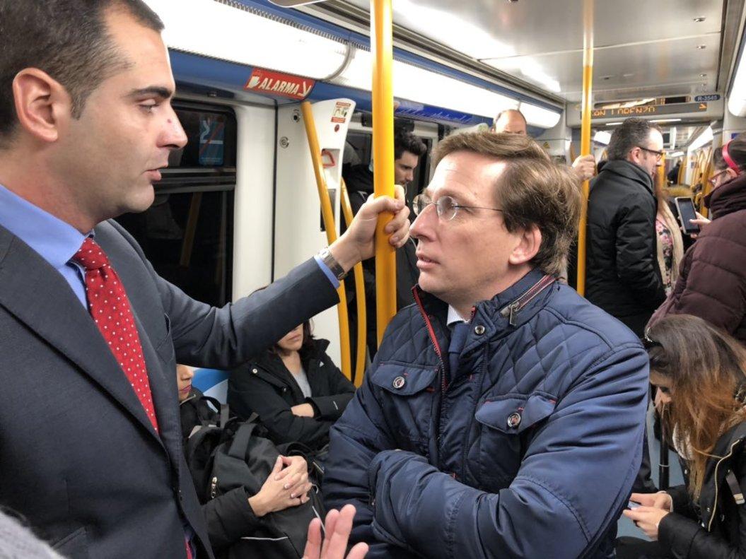 José Luis Martínez-Almeidajunto al alcalde de Almería en el Metro.