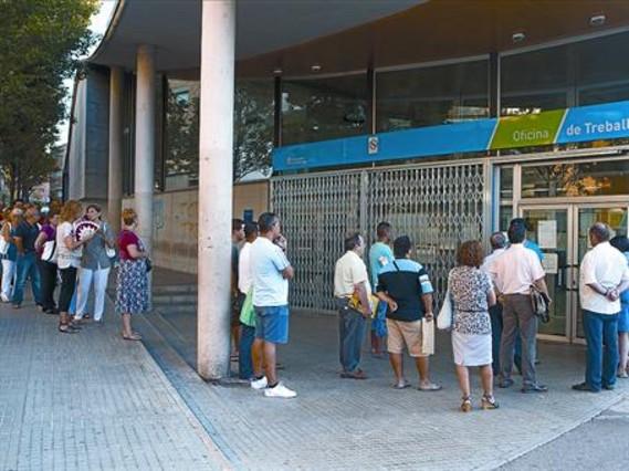Cola de parados en una oficina del Servei d'Ocupació de Catalunya.