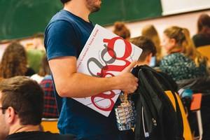 Un alumno busca sitio para sentarse en las Escoles Universitàries Gimbernat i Tomàs Cerdà.