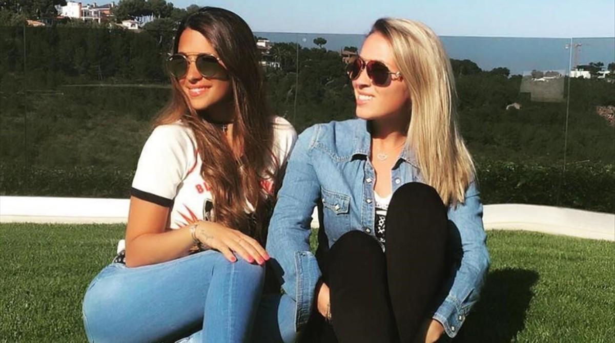 Antonella Roccuzzo y Sofía Balbi posan con unas zapatillas deportivas de Sarkany, la firma argentina en la que colaboran.