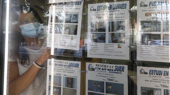 Anuncios de pisos en alquiler en una inmobiliaria de Barcelona.