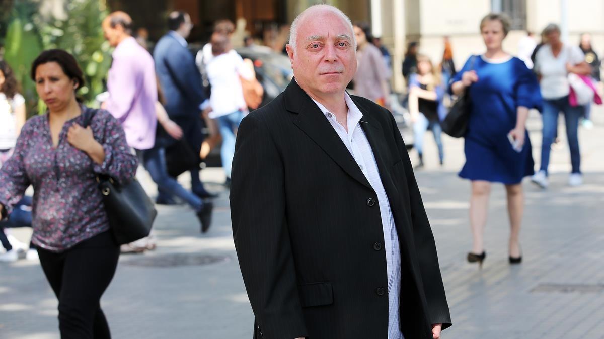 Armando, caballero de compañía que ofrece sus servicios a mujeres solventes.