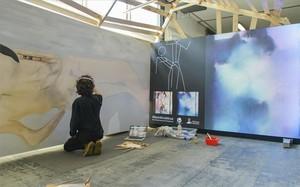 El artista Albert Barqué-Duran pinta una musa creada con inteligencia artificial.