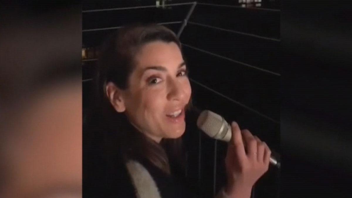 La artista Ruth Lorenzo canta a los vecinos desde su balcón en Barcelona.