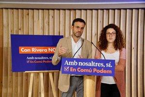 Jaume Vidal y Aina Vidal con el lema de precampaña en la sede de los 'comuns' en Barcelona.