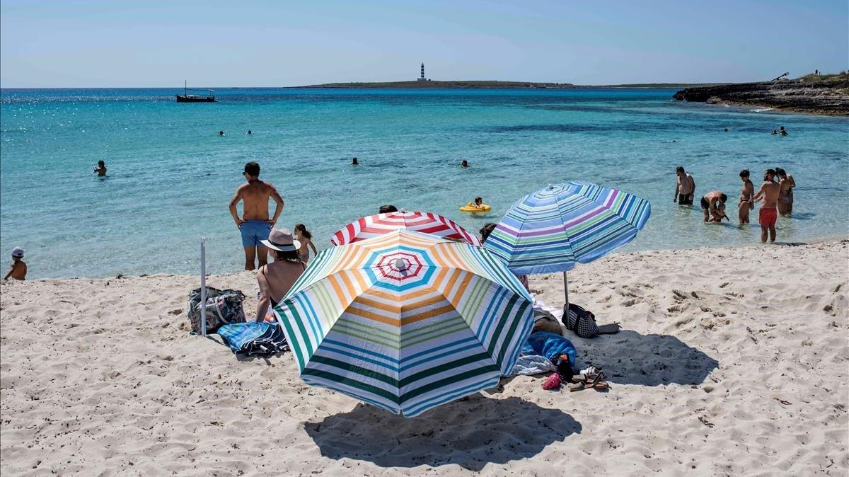Bañistas en la playa de Punta Prima, en Menorca.