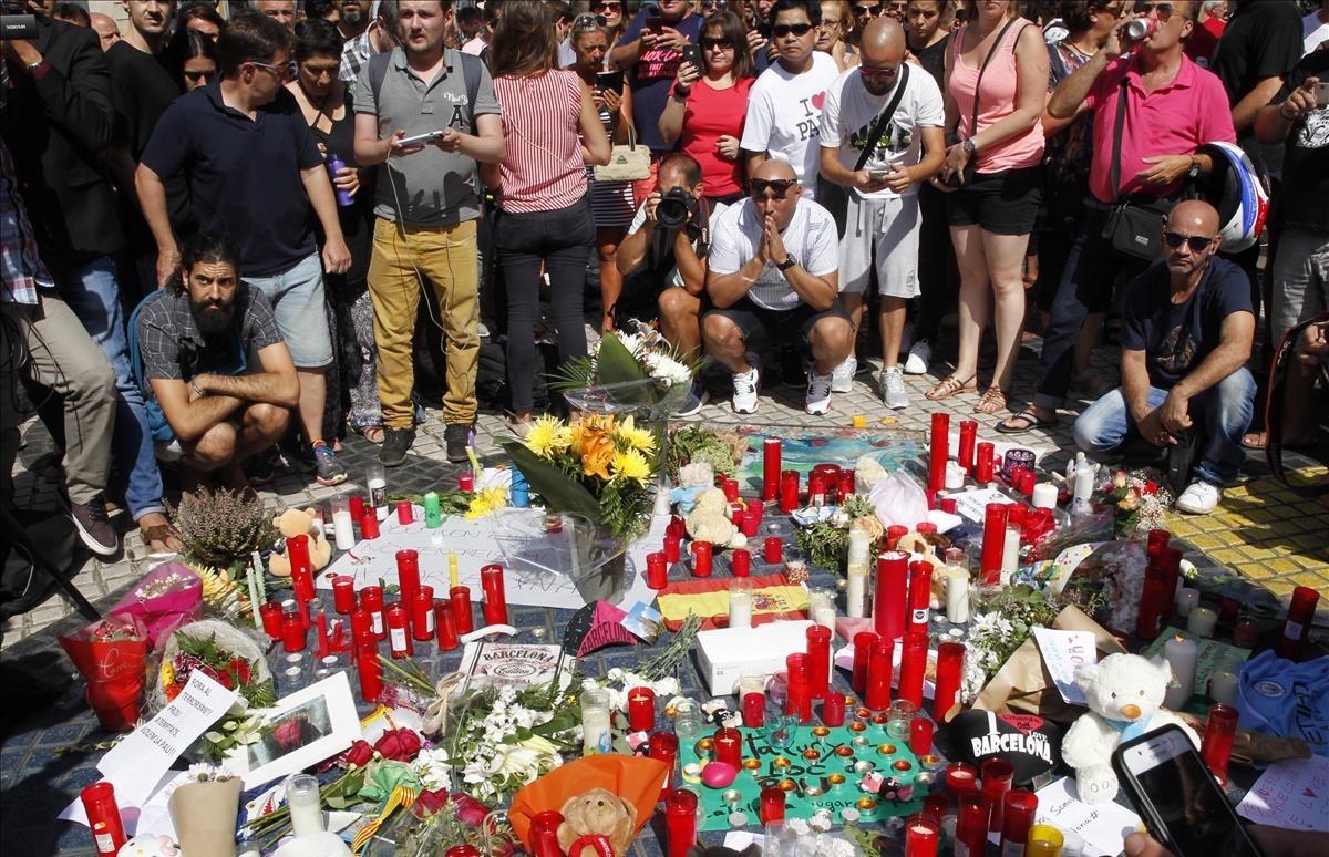 Un momento de luto en La Rambla de Barcelona un día después del atentado del 17 de agosto.