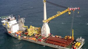 Un barco colocando uno de los pilares construidos por Iberdrola.