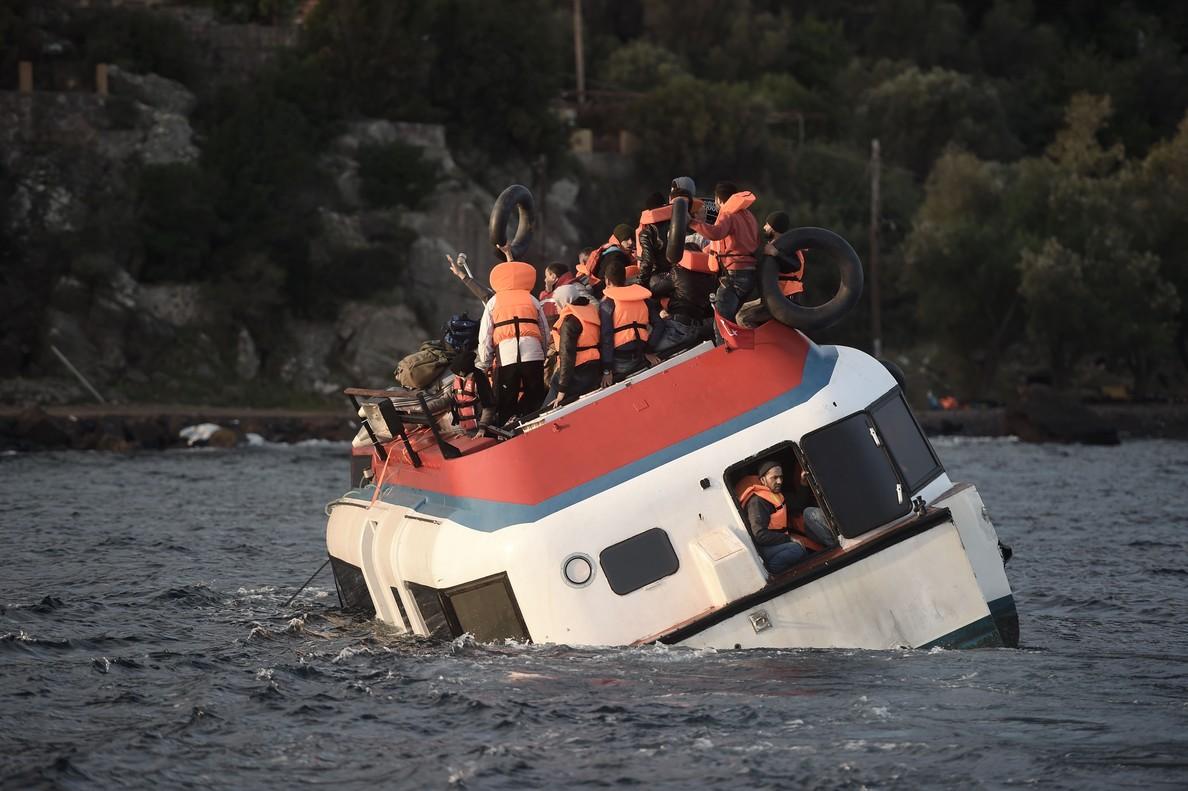 Barco de inmigrantes a punto de naufragar en la isla de Lesbos.