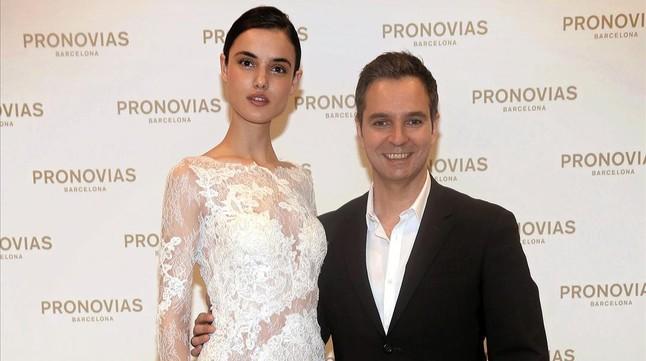 Hervé Moreau,director creativo de Pronovias,posa con la modelo Blanca Padilla.