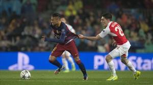 Bellerín agarra a Neymar durante una acción del partido.