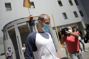 El capitán del Deportivo de La Coruña, Álex Bergantiños, a su salida de la comisaría.