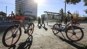 Bicicletas de alquiler Mobike junto a la plaza Europa de LHospitalet.