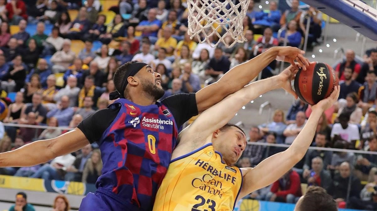 Brandon Davies tapona a Beqa Burjanadze en el Gran Canaria Arena.