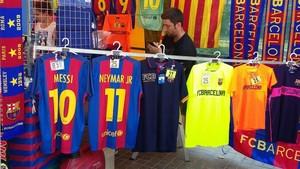 Camiseta de Messi a 38 euros y de Neymar a 25, este domingo en los aledaños del Camp Nou.