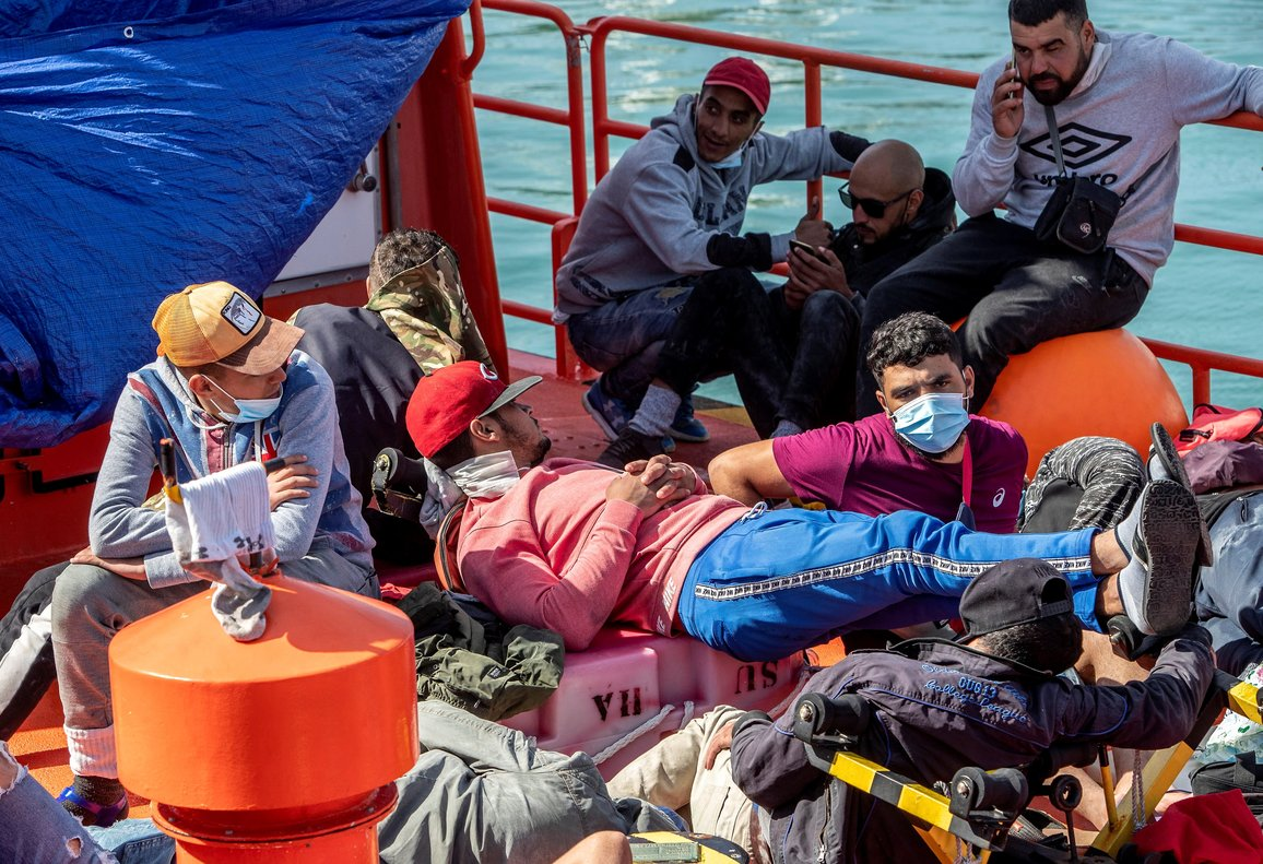 Llegada al muelle de Cádiz de una patera con 22 inmigrantes a bordo, entre ellos dos menores, que fue avistada rumbo a la costa de Cádiz.