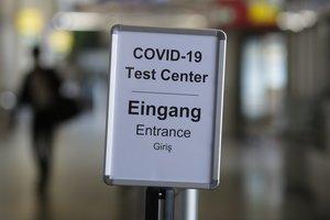 Cartel que indica la ubicación del centro para realizar test PCR en el aeropuerto de Berlín.