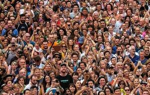 Centenares de personas reunidas en la plaça Sant Jaume durante las fiestas de la Mercè.