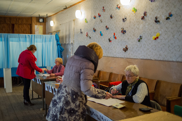 Ciudadanos de Sebastopol votan este domingo en el referendo de anexión a Rusia.