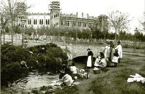 Mujeres haciendo la colada en 1916, en el tramo del Rec Comtal de la calle Marina, donde se encontraba la plaza de toros El Sport, cuando estaba en obras para transformarse en La Monumental.