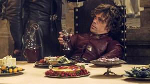Tyrion Lannister, en plena pitanza durante una escena de Juego de tronos.