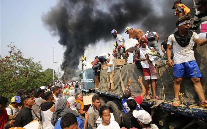 Colombianos tratan de salvar ayuda humanitaria para Venezuela en Cúcuta.