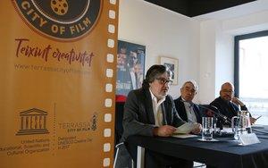 El concejal de Cultura de Terrassa, Amadeu Aguado, el alcalde Alfredo Vega y el responsable de la Mesa Local del Audiovisual, Jordi Hernández.