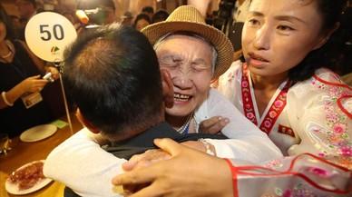 Emotivo encuentro en Corea del Norte de familias separadas por la guerra