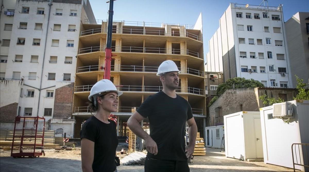 Cristina Gamboa y Pol Massoni, arquitectos del colectivo LaCol, visitan las obras de La Borda