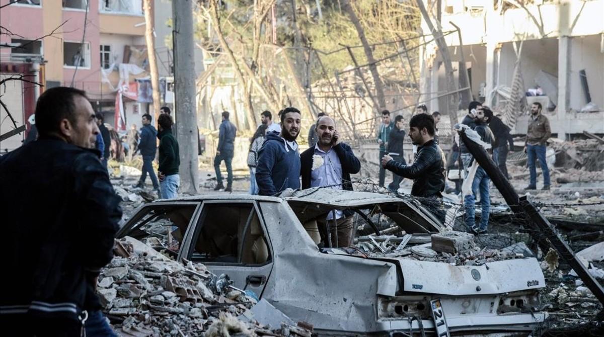 Destrozos tras el atentado en Diyarbarkir, este viernes.