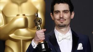 El director Damien Chazalle, con el Oscar que conquistó por La La Land.