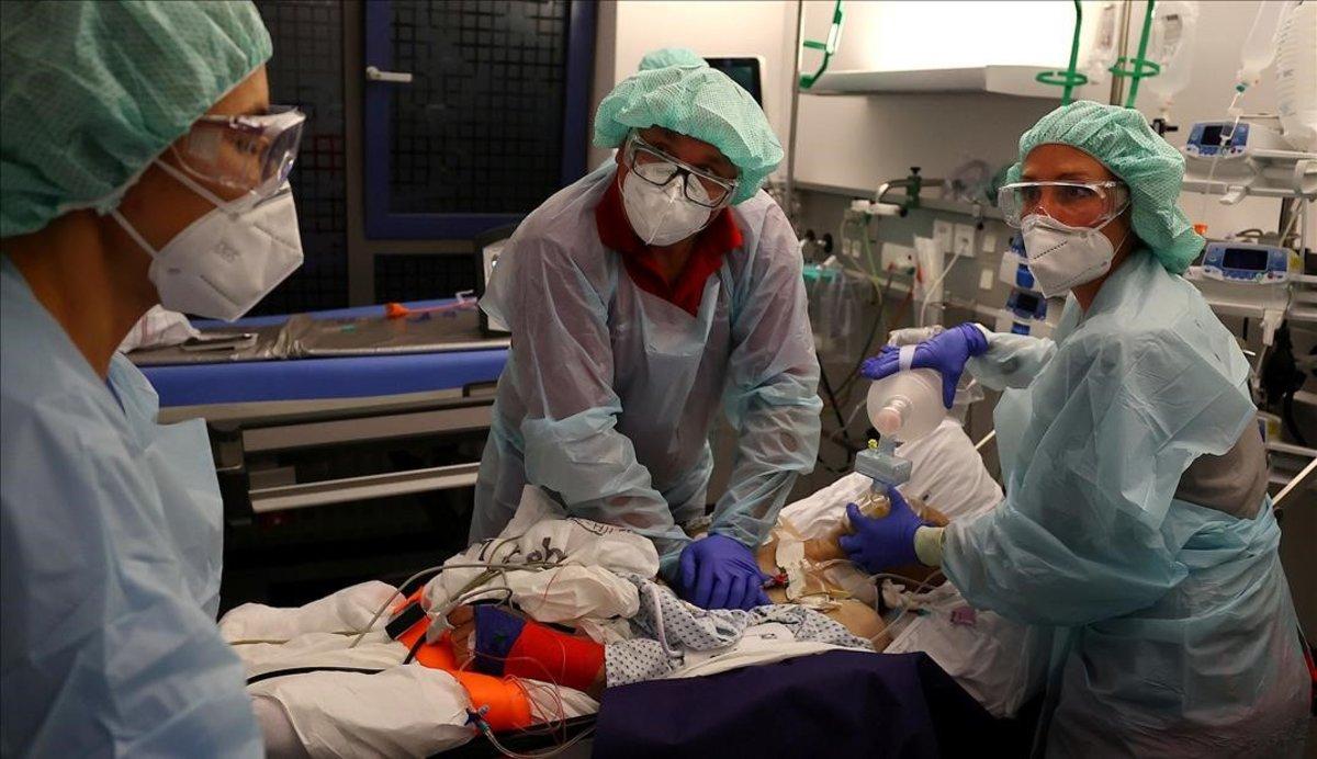 Un doctor y un paramédico preparan el traslado de un paciente en la localidad de Hanau.